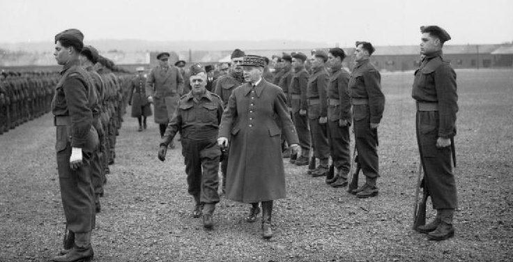 Генерал Морис Гамелен, главнокомандующий французской армией, оссматривает канадские войска в Олдершоте. 29 мая 1940 г.