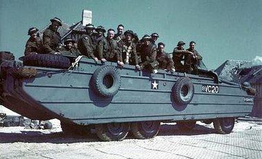 Канадские солдаты на автомобиле-амфибии DUKW на побережье Нормандии. Июнь 1944 г.