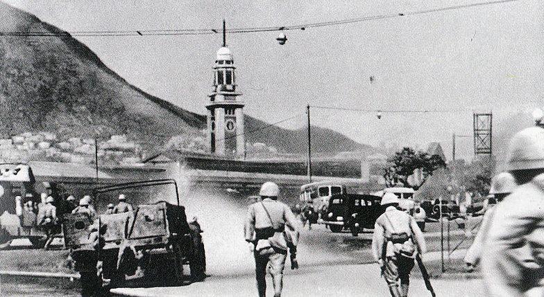 Японские войска занимают Гонконг.