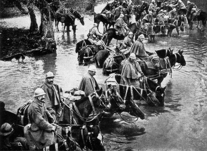 Французские всадники пересекают реку по пути в Верден. 1916 г.