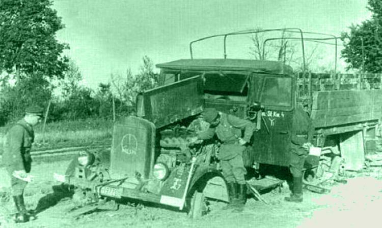 Разбитая немецкая техника в освобождённых после контрудара советских частей Сольцах.