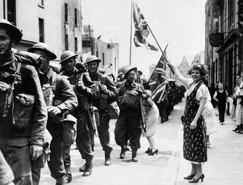 Местные жители приветствуют канадцев. Франция, 18 июня 1940 г.