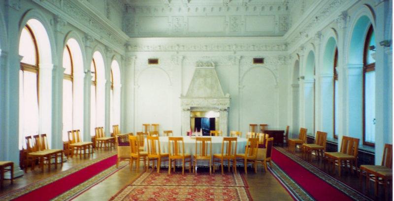 Зал Ливадийского дворца, где проходили переговоры в годы войны и сегодня.