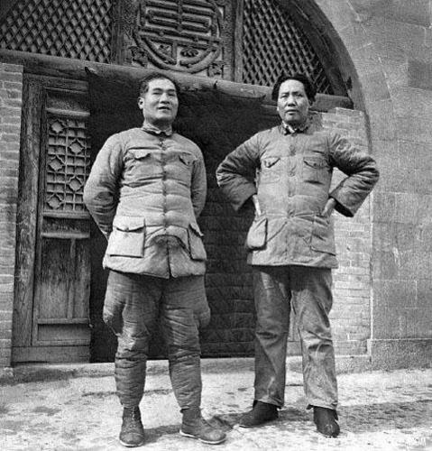 Мао Цзэдун и Чжан Готао (член-основатель КПК) в Яньане. 1937 г.