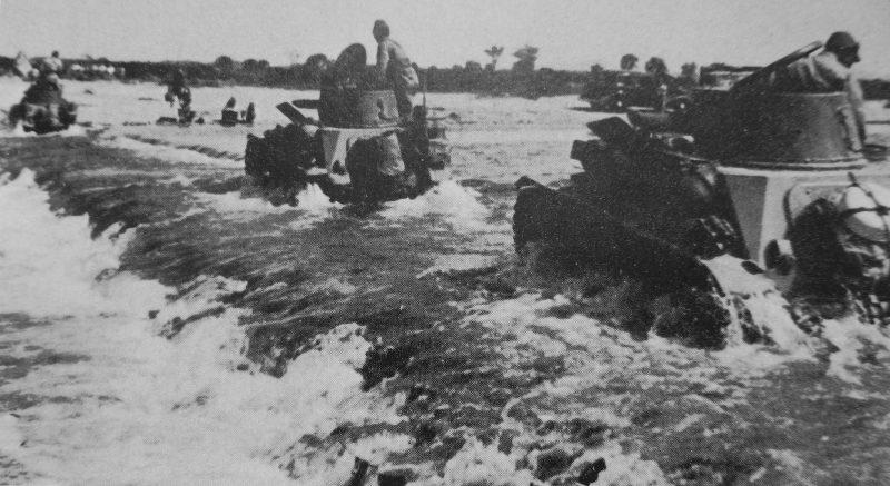 Японские танкетки форсируют реку в китайской провинции Хунань. 1939 г.