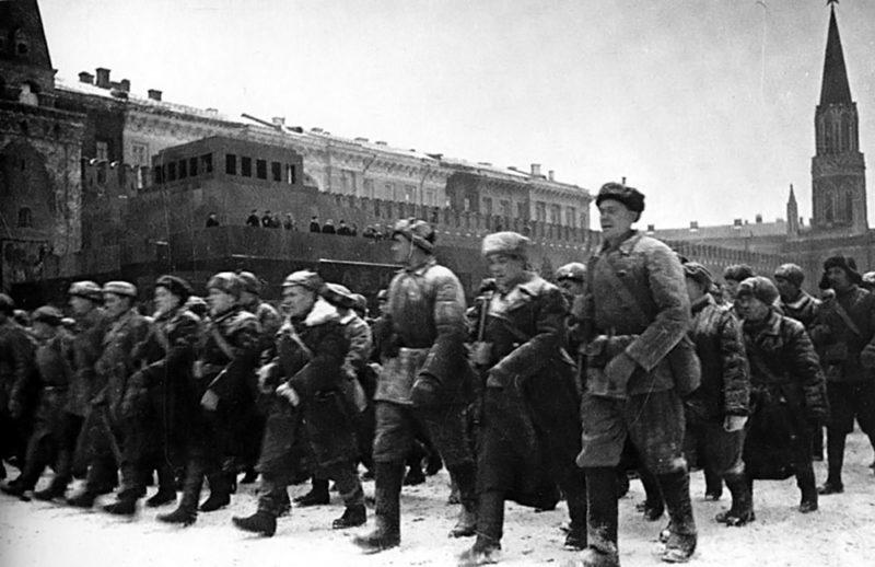 Идут московские ополченцы.