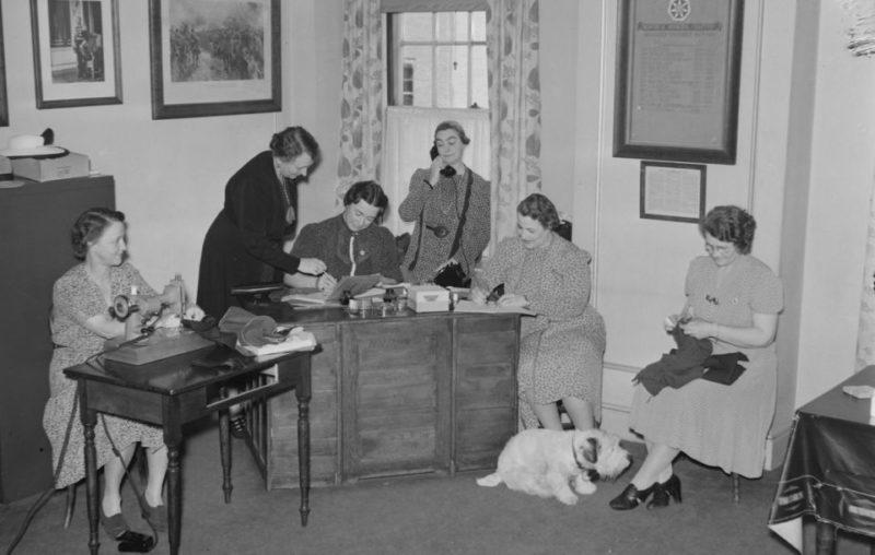 Члены «Имперского Ордена Дочерей Империи» оказывают посильную помощь армии. Июль 1940 г.