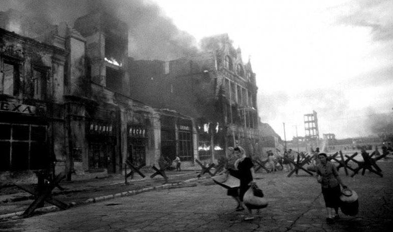 Первые бомбежки Сталинграда. Женщины с пожитками бегут в укрытие. Июль 1942 г.