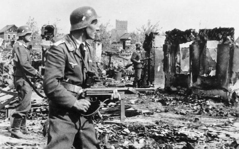 Немцы на улицах Сталинграда. 1942 г.
