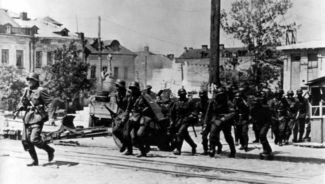 Немецкие войска входят в город. 9 июля 1941 г.