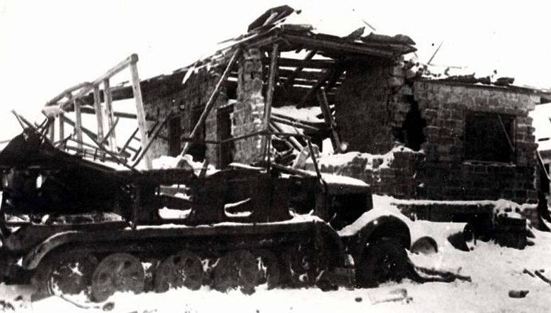 Подбитый немецкий тягач в Рогоженском поселке.
