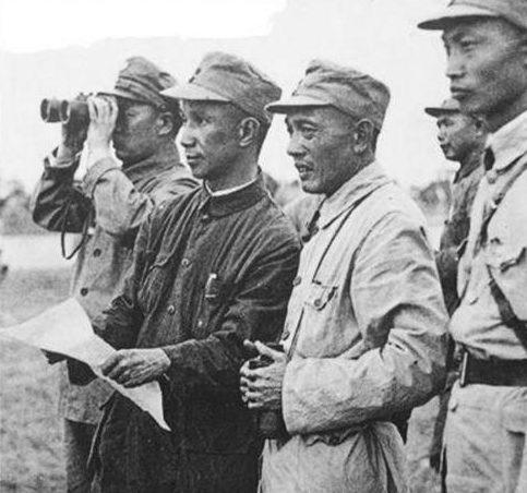 Офицеры китайской армии наблюдают за позициями противника. Шанхай, 1937 г.