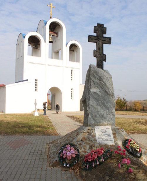 с. Мармыжи Советского р-на. Братская могила советских воинов, расположенная у церкви Покрова Пресвятой Богородицы, в которой похоронено 140 советских воинов, в т.ч. 131 неизвестный.