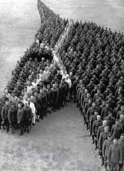 Кавалеристы в память о лошадях, погибших на войне, выстроились в фигуру, напоминающую голову лошади. США, 1917 г.