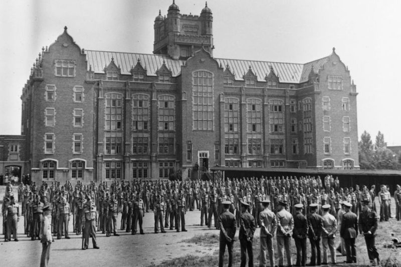 Новобранцы канадского корпуса подготовки офицеров в колледже Лойола. Западный Монреаль, август 1940 г.