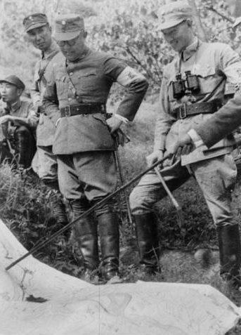 Китайские офицеры у карты. 1940 г.