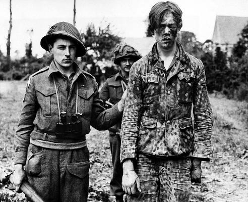 Канадские солдаты с пленным из 12-й танковой дивизии СС «Гитлерюгенд». Кан, июнь 1944 г.