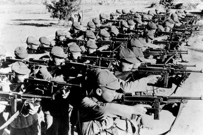Китайские солдаты с пистолет-пулеметами Томпсон в окрестностях Пекина. 1937 г.