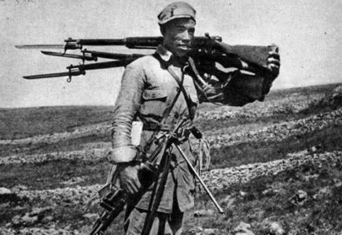 Китайский солдат с трофеями. 1940 г.