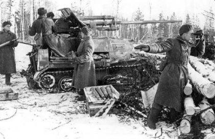 Советские артиллеристы удерживают кольцо окружения. Январь 1942 г.