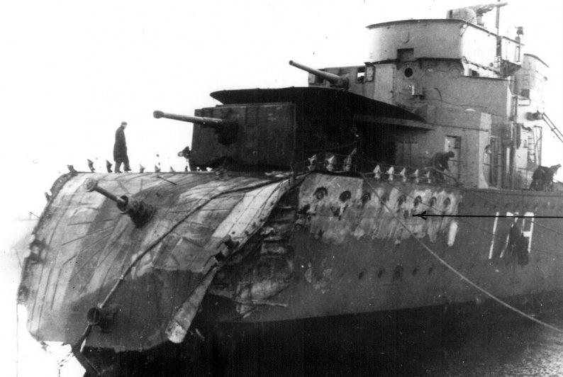 Канадский эсминец «Сагеней», поврежденный торпедой с итальянской подлодки «Арго». Декабрь 1940 г.