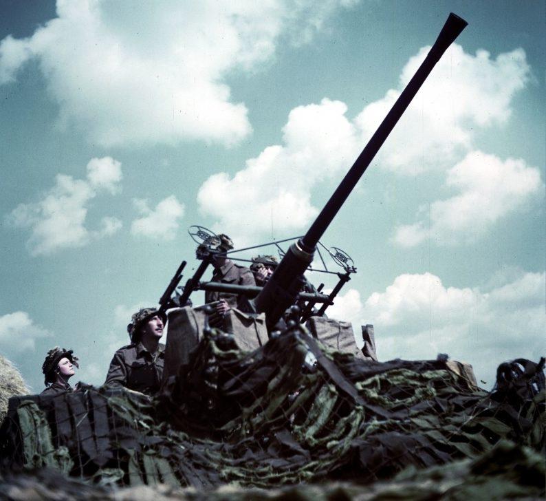 Канадские солдаты за 40-мм автоматической зенитной пушкой «Бофорс» в Нормандии. Июнь 1944 г.