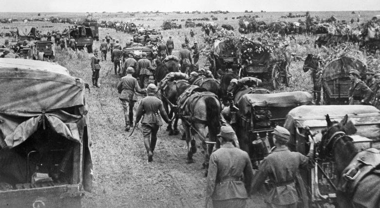 Солдаты 100-й егерской дивизии Вермахта в наступлении на Сталинград. Июль 1942 г.