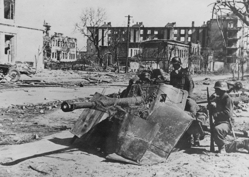Расчет немецкого 50-мм противотанкового орудия на перекрестке Сталинграда.1942 г.
