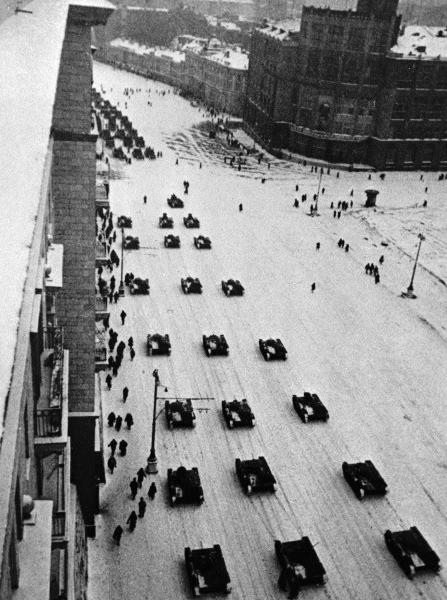 Танки, идущие после парада на фронт по Тверской улице.