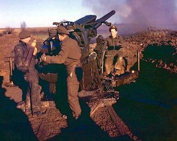 Канадские артиллеристы стреляют из 94-мм зенитного орудия в окрестностях Дюнкерка. Франция.1940 г.