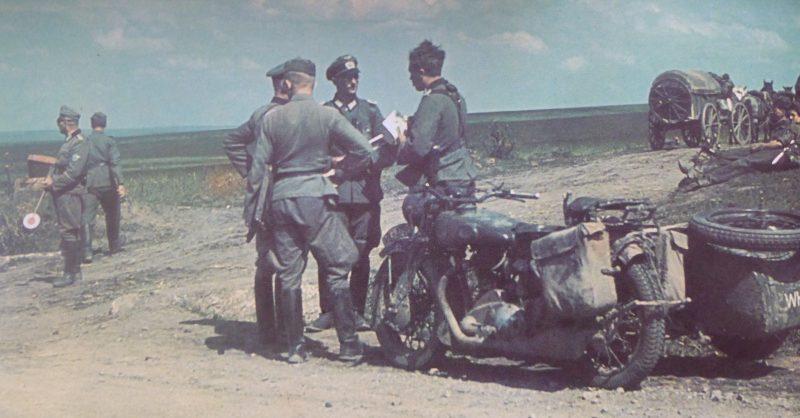 Немцы на развилке дорого у Сталинграда. Июль 1942 г.