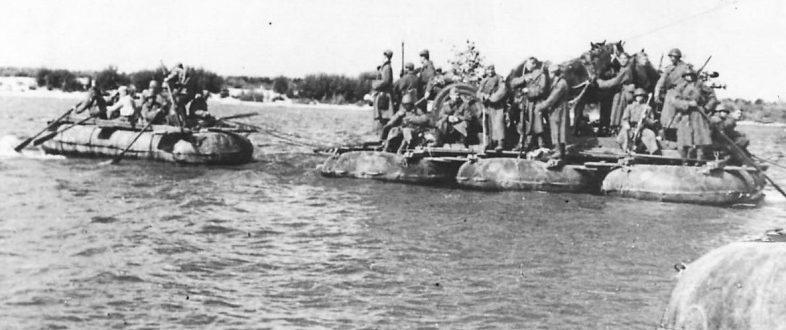 Переправа красноармейцев через Волгу. 1942 г.