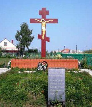 с. Зуевка Солнцевского р-на. Братская могила на территории Никольского храма, в которой захоронены советские воины.