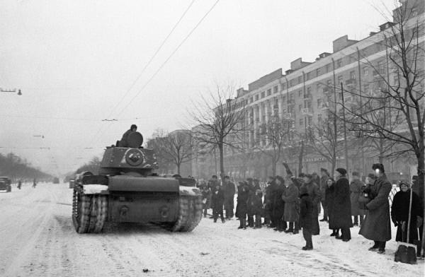Москвичи провожают танкистов на фронт.