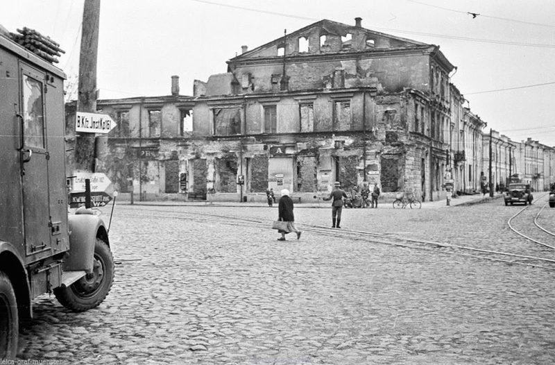 Угол Соборной и Большой Бердичевской. 1941 г.