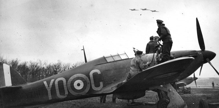 Оружейники 1-й эскадрильи канадских Королевских ВВС перезаряжают пулеметы истребителя «Харрикейн». 1940 г.