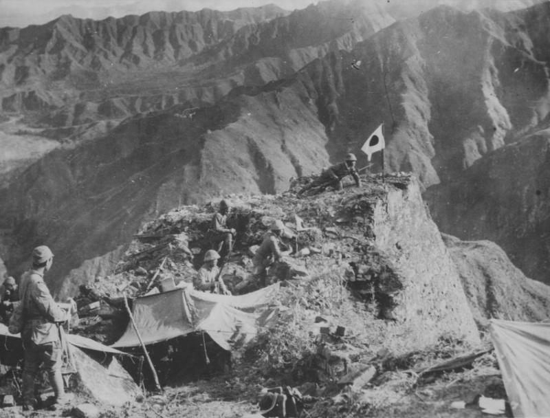 Японские солдаты на позиции в горах в Китае. 1940 г.