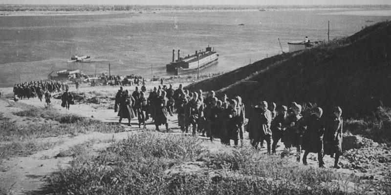 Красноармейцы после высадки на берегу Волги. 1942 г.