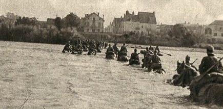 Немецкие кавалеристы форсируют реку.