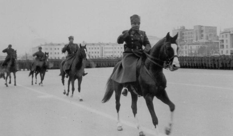 Маршал К. Ворошилов и генерал-лейтенант М. Пуркаев объезжают войска на параде в Куйбышеве.