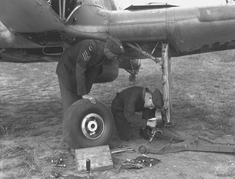 Авиатехники 1-й эскадрильи канадских Королевских ВВС занимаются ремонтом агрегатов шасси истребителя «Харрикейн». 1940 г.