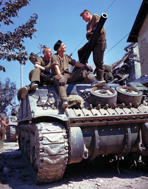 Канадский экипаж танка Шерман к югу от Кана. Июнь 1944 г.