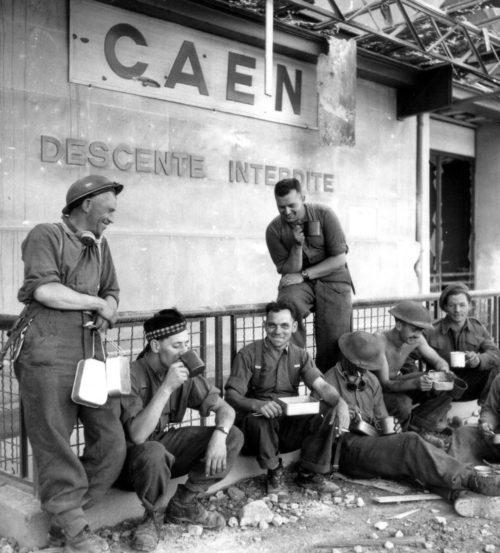 Солдаты за обедом на железнодорожном вокзале города Кан. 1 и юля 1944 г.