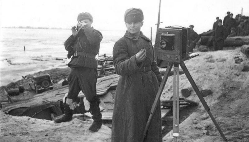 Советские фотокорреспонденты на берегу Волги. 1942 г.