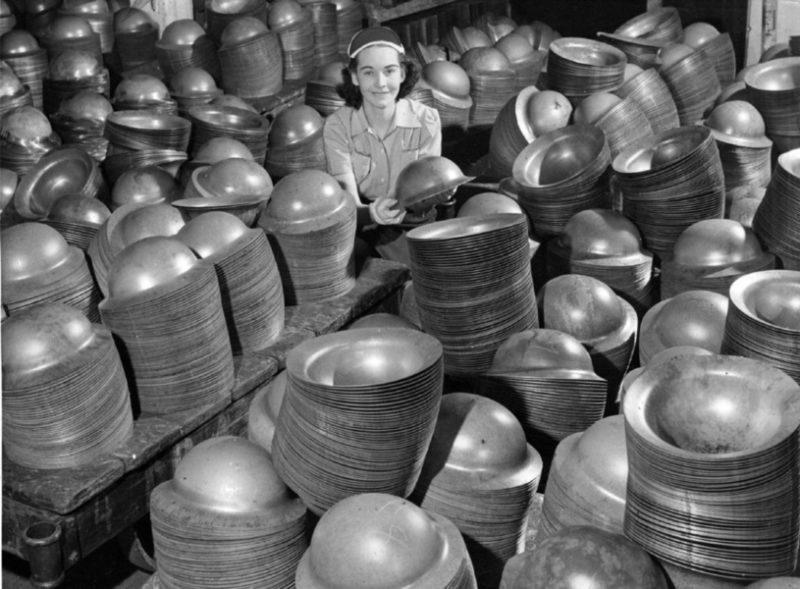 Изготовление солдатских шлемов. Торонто, март 1941 г