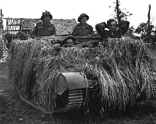 Канадские солдаты с пленным немецким пилотом. 7 июля 1944 г.