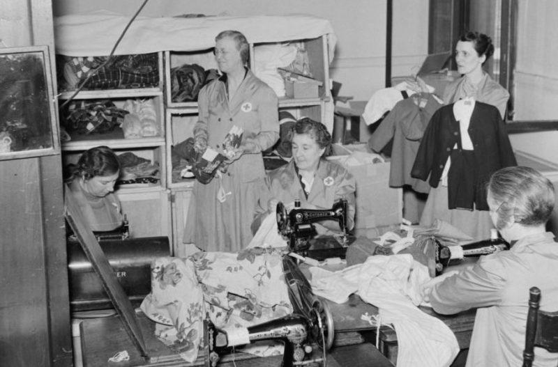 Женщины-добровольцы из Красного Креста шьют вещи для фронта. Март 1941 г.