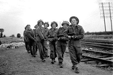 Ремонт путей железнодорожной линии Париж-Шербур. Карпике, Франция. 8 июля 1944 г.
