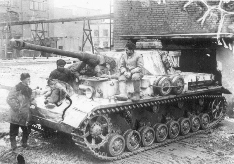 Захваченный немецкий танк на тракторном заводе. 1942 г.