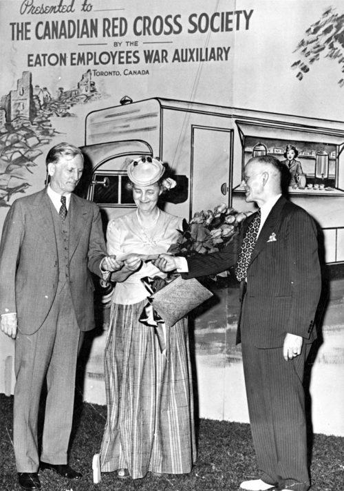 Леди Итон вручает чек на 3100 долларов Канадскому Красному Кресту в качестве пожертвования для военных нужд от сотрудников магазинов в Торонто. Июнь 1941 г.